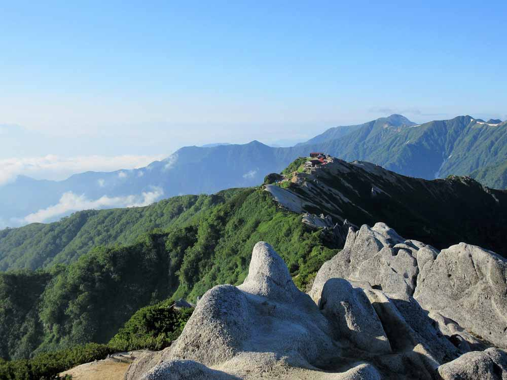 遠くに燕山荘が見える