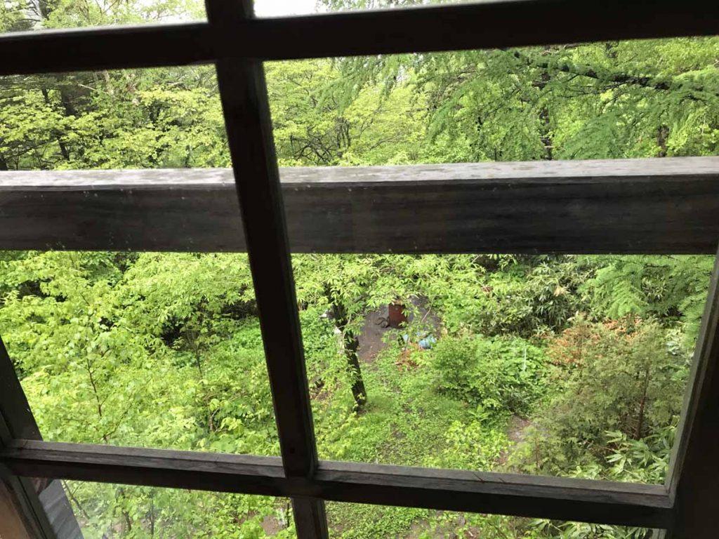 大黒屋窓から外を眺める